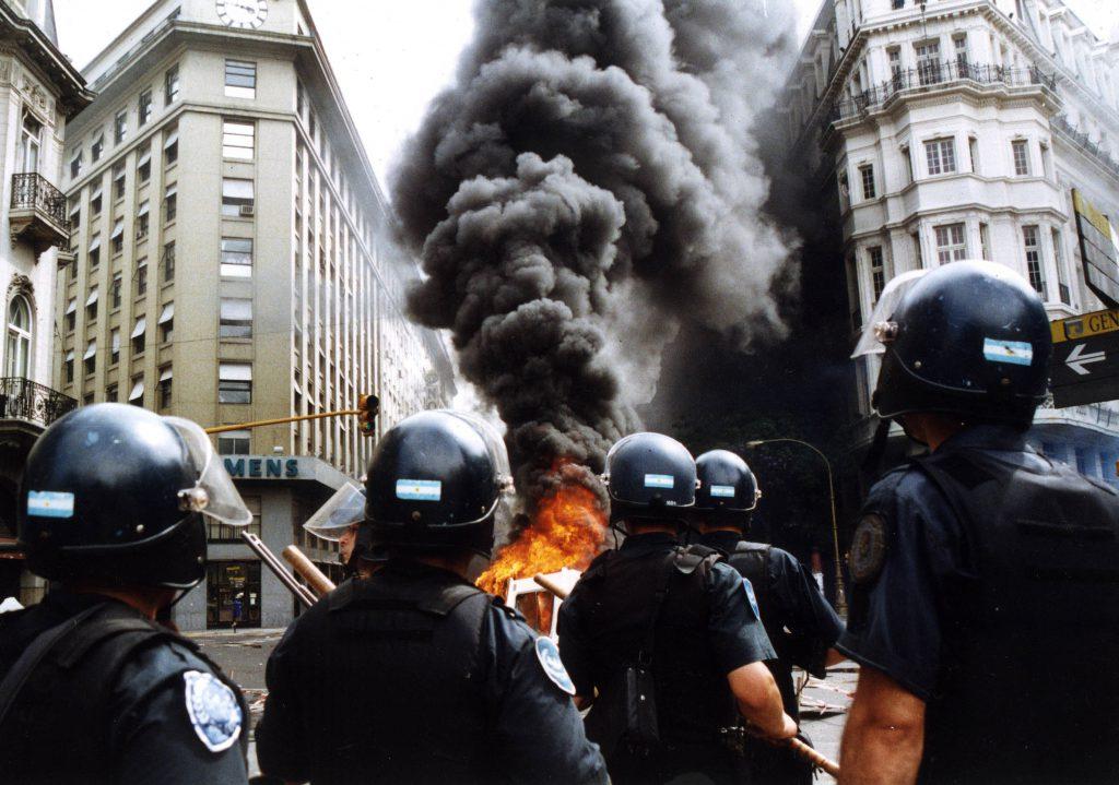 Plaza de Mayo. 20 de Diciembre de 2001. NO ARCHIVAR / Uso autorizado Únicamente para la difusión de la muestra 19 y 20, a realizarse en diciembre de 2011 por ARGRA FOTO DANIEL BACA/ FOTOTECA ARGRA