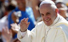El papa Francisco saluda a los feligreses a su llegada a la Plaza de San Pedro para su audiencia general semanal el miércoles 4 de septiembre de 2013. (Foto AP/Riccardo De Luca)