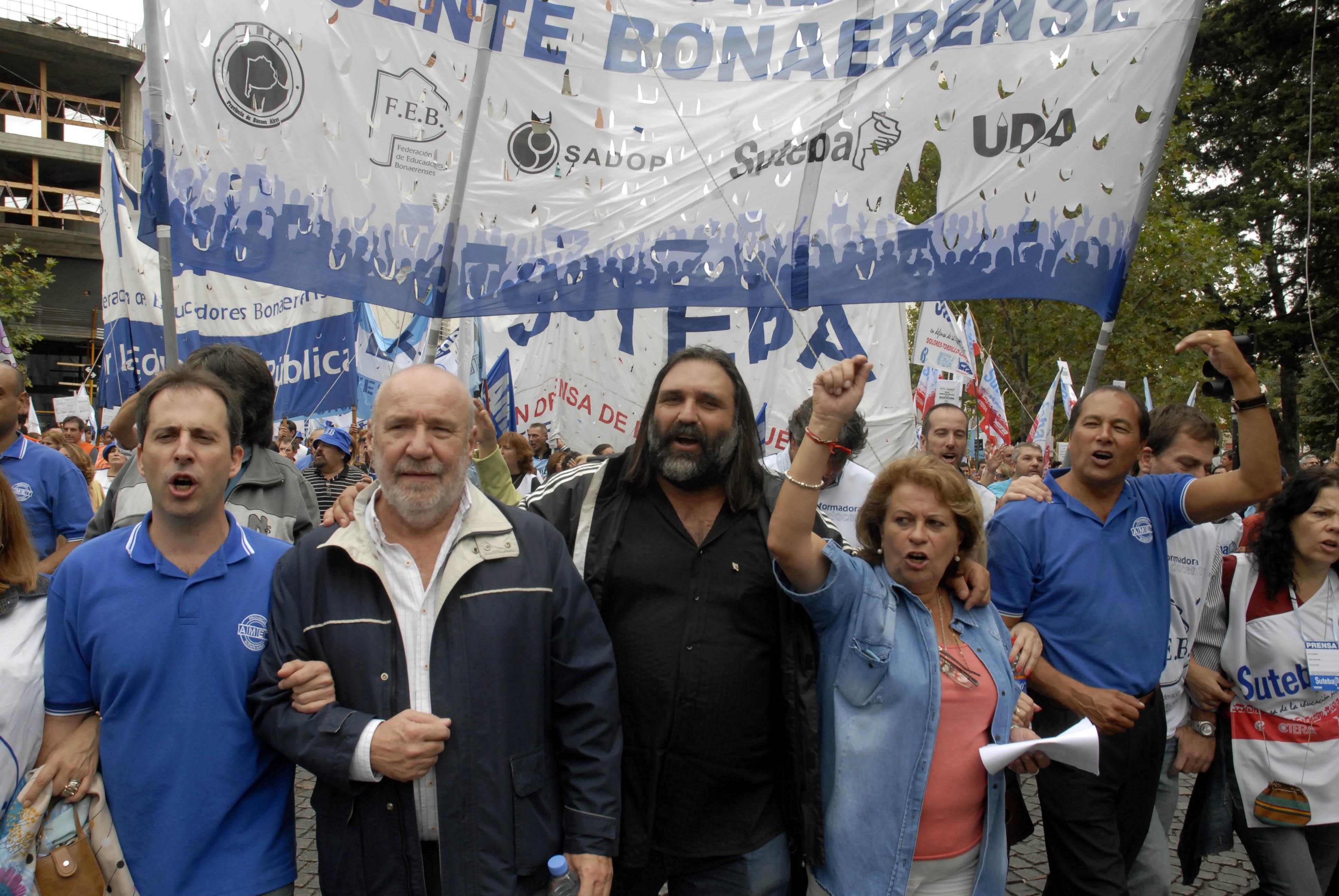 Télam La Plata 18/03/2014 Cientos de docentes  comenzaron a marchar por una de las avenidas principales de La  Plata, en dirección a la Casa de Gobierno bonaerense. Roberto Baradel al frente de la columna. Foto: Carlos Cermele/Télam/dsl