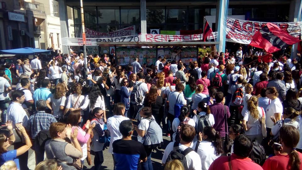 Multitudinaria asamblea docente en el edificio del CGE tomado por Agmer Paraná.