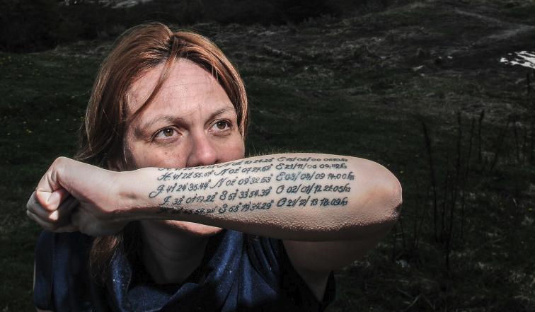 En su brazo izquierdo se tatuó la longitud y latitud de los lugares donde nacieron cada uno de sus cinco hijos.  Foto Emiliana Miguelez