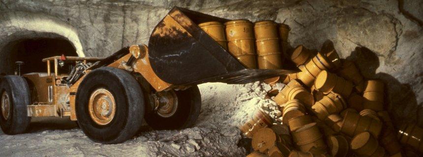 Die undatierte Aufnahme zeigt einen Radlader, der in der Schachtanlage Asse Fässer mit radioaktivem Müll in eine Kammer kippt. In dem maroden Atommülllager Asse bei Wolfenbüttel befindet sich auch rund eine halbe Tonne hochgiftiges Arsen. Das Bundesamt für Strahlenschutz (BfS) bestätigte am Mittwoch einen entsprechenden Bericht des Magazin «stern». Foto: Schachtanlage Asse dpa/lni (zu lni 0367 vom 15.04.2009) +++(c) dpa - Bildfunk+++