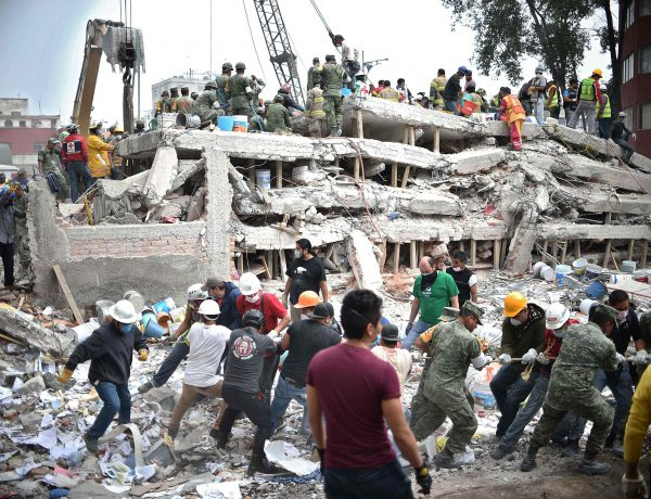 TOPSHOT - Rescuers, firefighters, policemen, soldiers and volunteers search for survivors in a flattened building in Mexico City on September 20, 2017 a day after a strong quake hit central Mexico. A powerful 7.1 earthquake shook Mexico City on Tuesday, causing panic among the megalopolis' 20 million inhabitants on the 32nd anniversary of a devastating 1985 quake. / AFP / Yuri CORTEZ