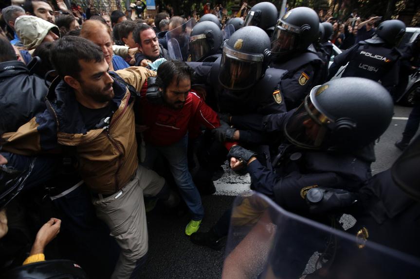 primeros_incidentes_referendum_cataluna_1_octubre_3366_863x575